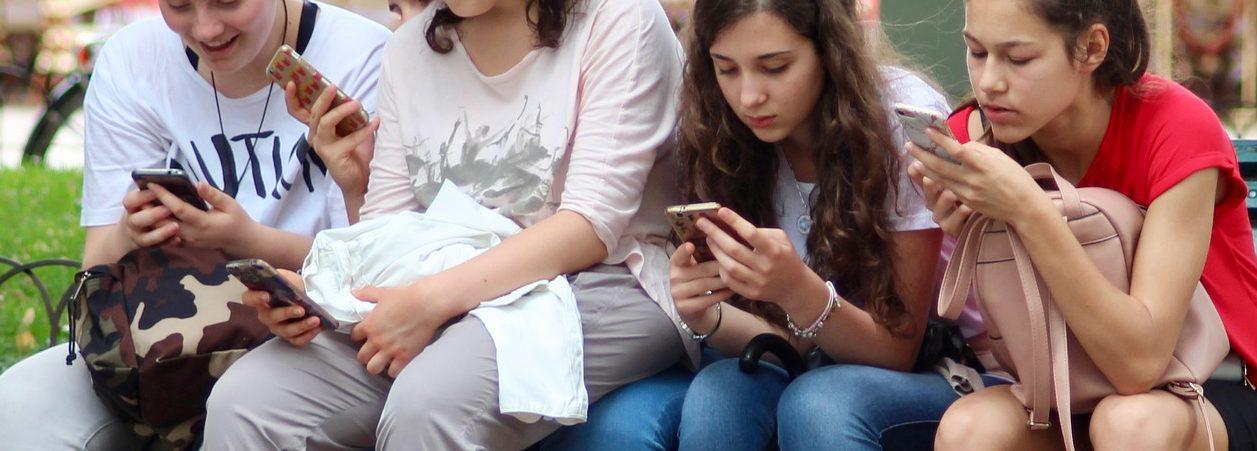 Adolescents amb el seu mòbil
